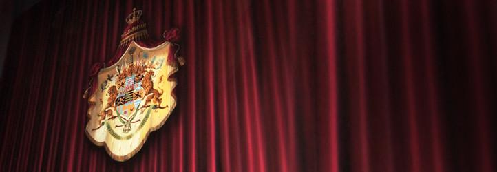 Theatervorhang mit Wappen